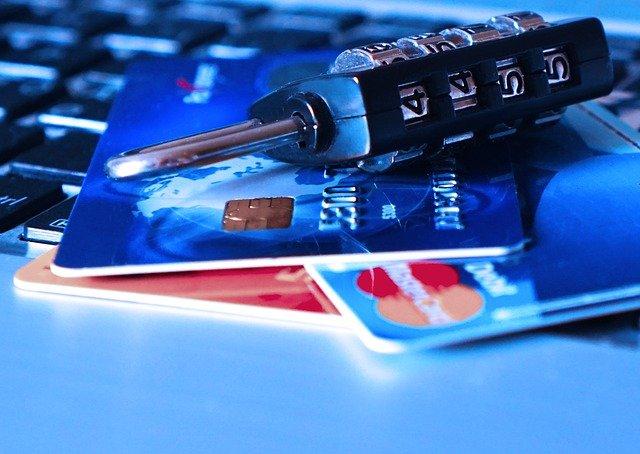 Candado y tarjetas de crédito